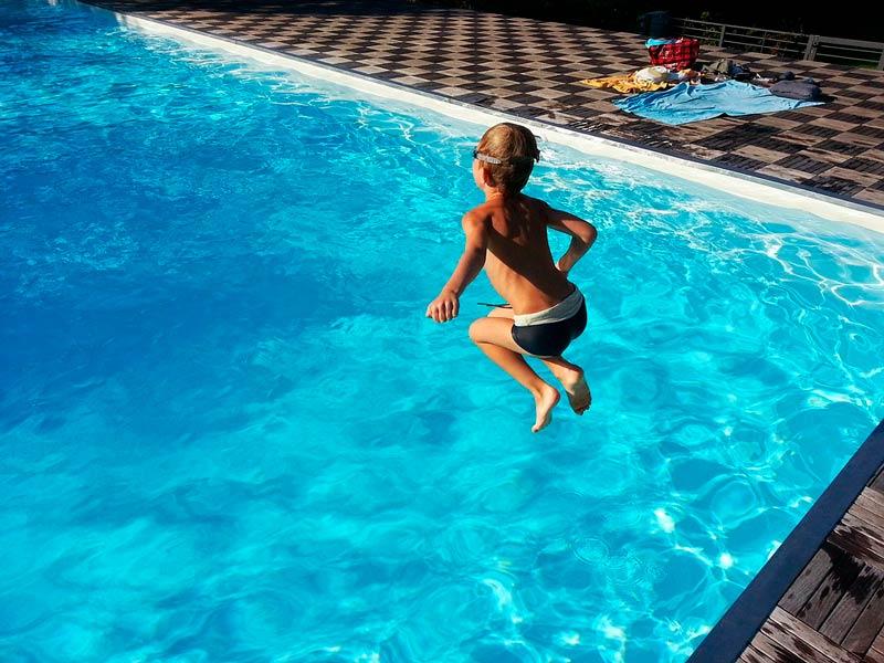 Cómo evitar que el agua de la piscina se ponga verde
